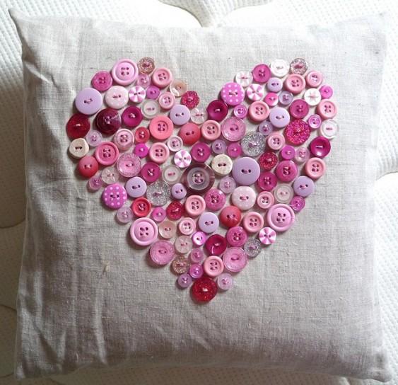 cuscino a cuore con bottoni