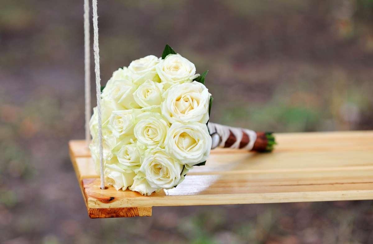 Composizioni floreali per il matrimonio con rose bianche [FOTO]
