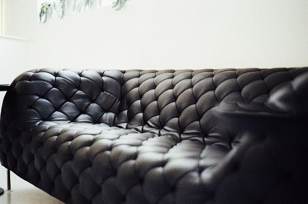Come pulire il divano in pelle: i rimedi naturali e non pourfemme