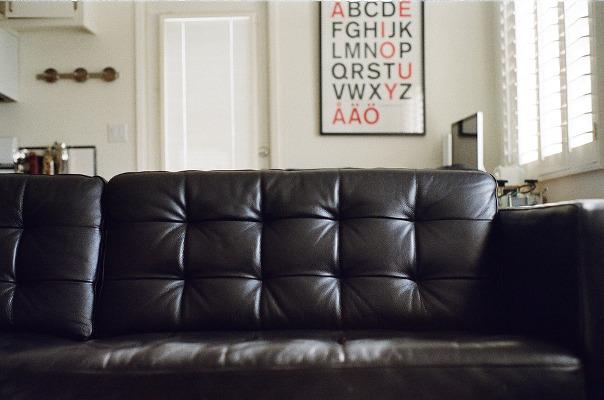 Come pulire il divano in pelle i rimedi naturali e non pourfemme