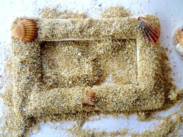 cornice con conchiglie e sabbia