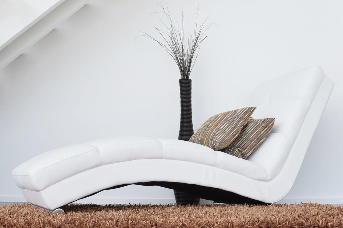 Come pulire il divano in pelle: i rimedi naturali e non | Pourfemme