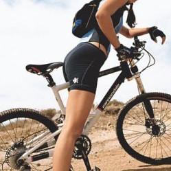 ragazza sportiva in bicicletta