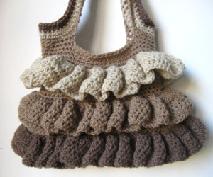 efec564967 Se siete brave con il taglio e cucito, potete optare per la realizzazione  di borse all'uncinetto; vero must nell'armadio di una donna.