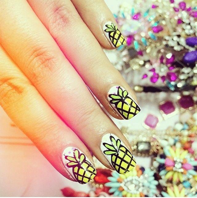 Quale nail art con ananas preferisci?
