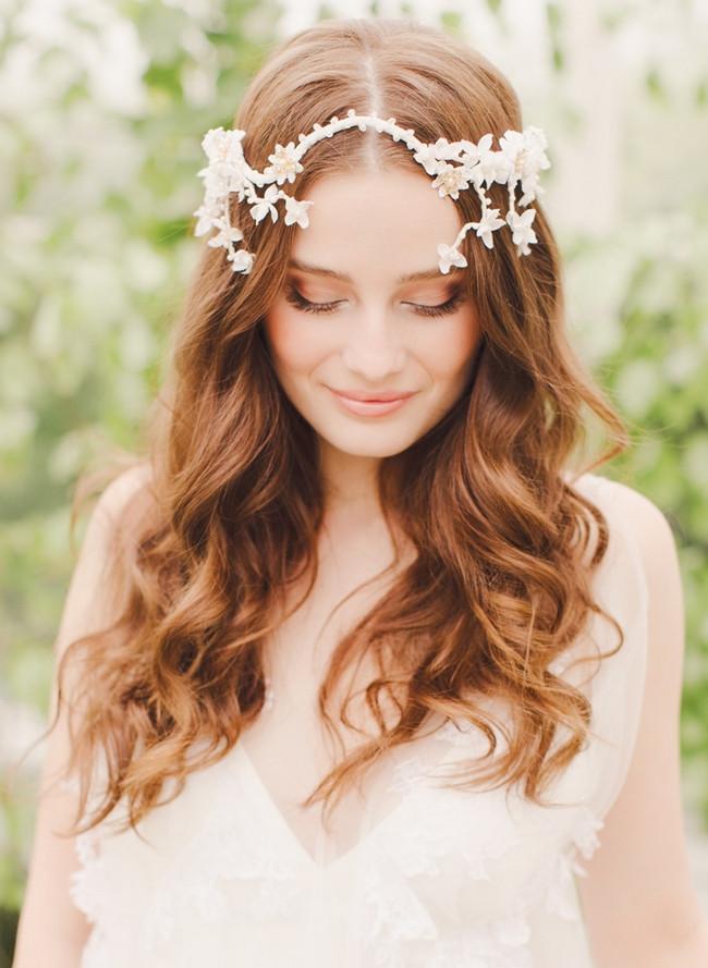 coroncina di fiori con capelli mossi