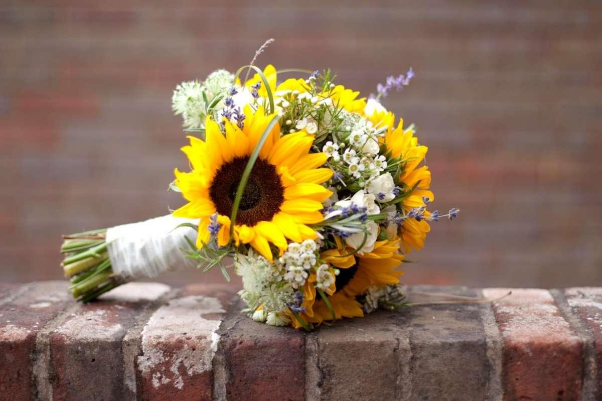 Addobbi Matrimonio Girasoli : Bouquet sposa con girasoli idee colorate per le nozze foto