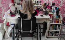 La beauty blogger disabile Jordan Bone mostra tutta la sua forza in un video