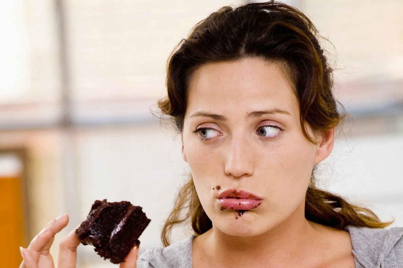 Donna che mangia cioccolata