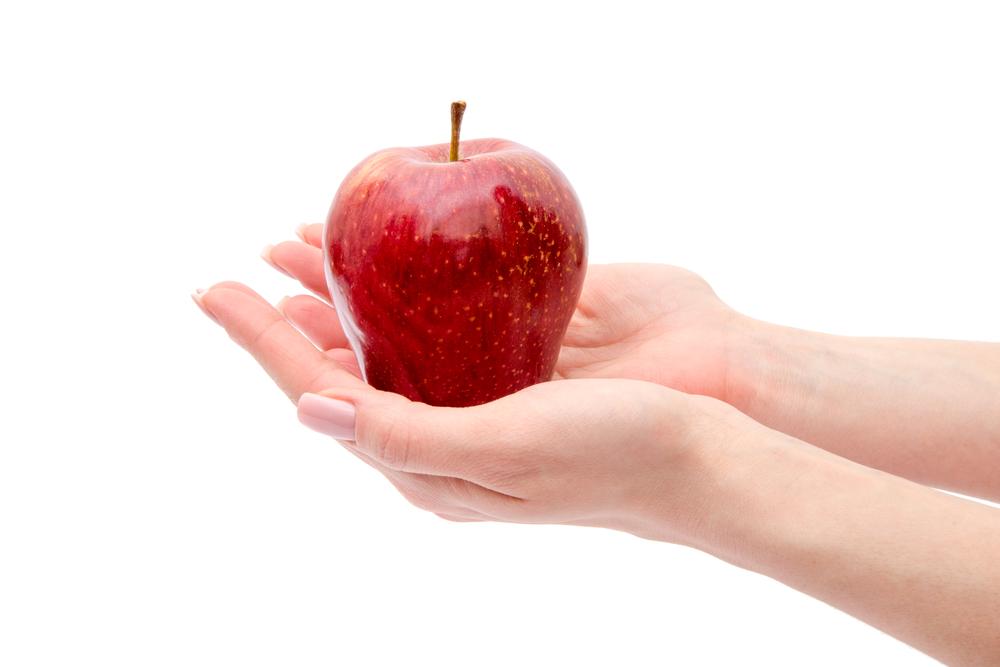 la mela rossa contro la pelle impura k