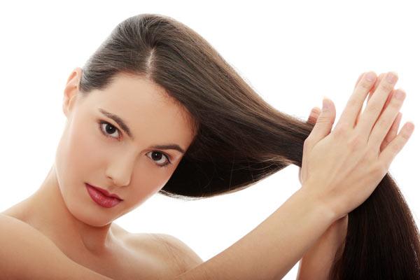 passare le dita fra le punte dei capelli