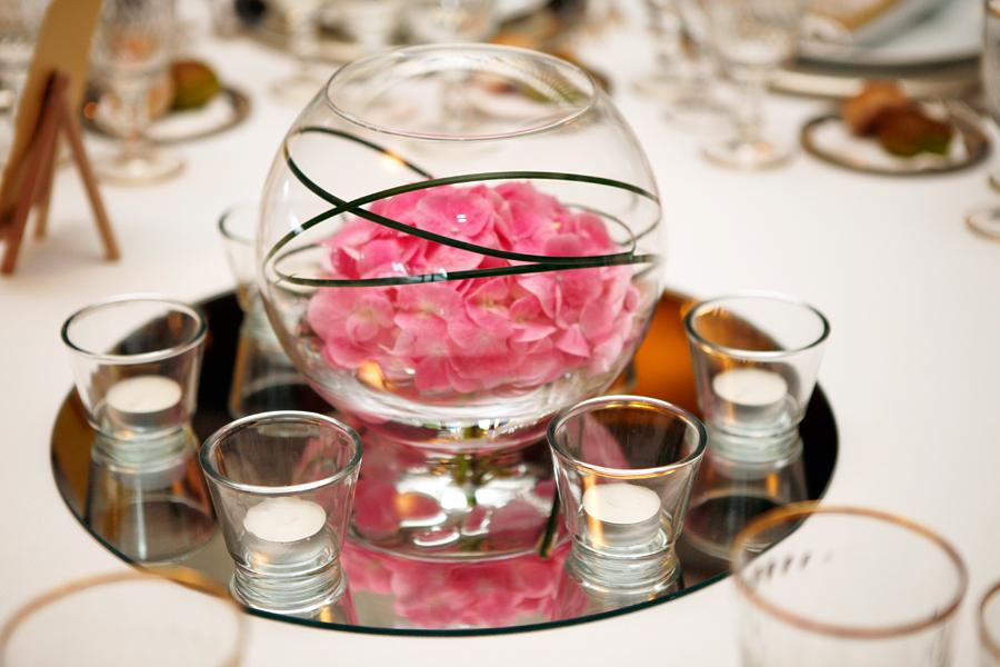 Boccia con fiori e bicchieri portacandele