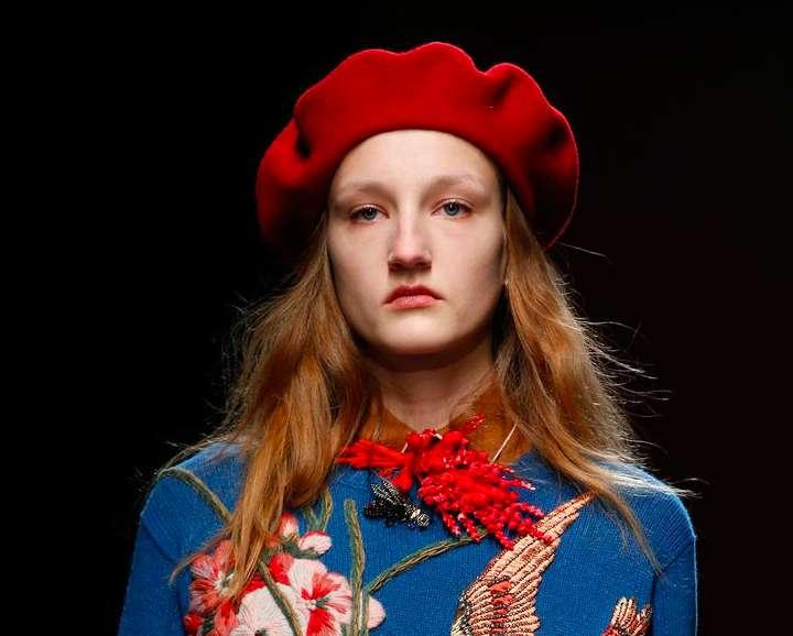 Acconciature capelli con cappello: tutte le idee più glamour [FOTO]