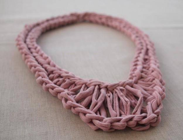 collana rosa con fettuccia