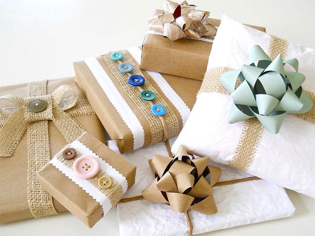 Carta da pacco e bottoni colorati