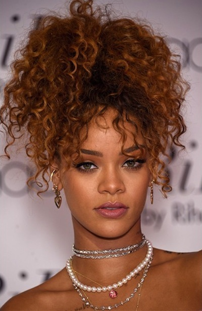 Frangia riccia e acconciatura raccolta come Rihanna