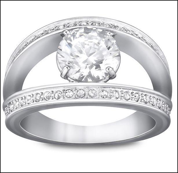 anello con pietra centrale e pave