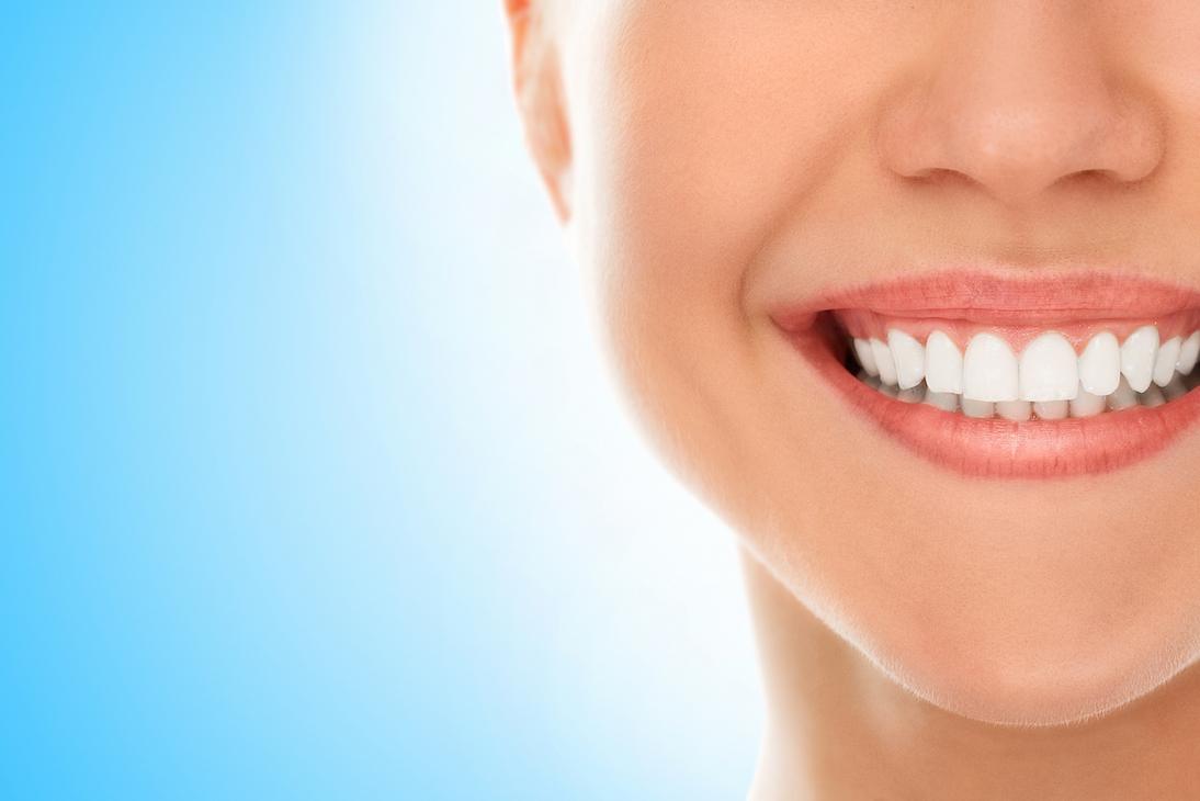 Come avere denti più bianchi: cinque rimedi naturali