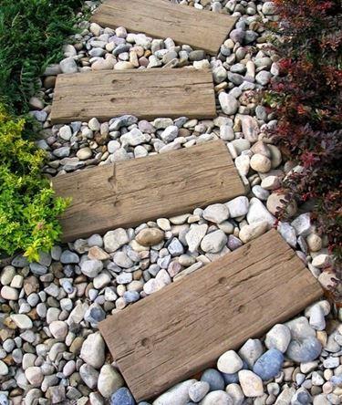 Vialetto con sassi e assi di legno