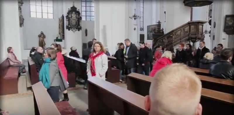Polonia, prete contro l'aborto le fedeli lasciano la chiesa per protesta