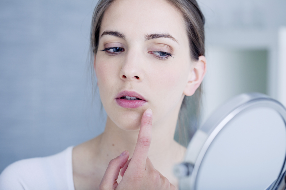 Irsutismo femminile: cause, sintomi e rimedi per combatterlo