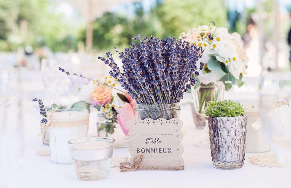 Composizioni floreali con lavanda per un matrimonio profumato [FOTO]