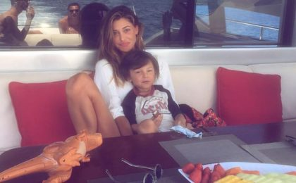 Belen in vacanza a Ibiza: le foto della showgirl in costume al mare