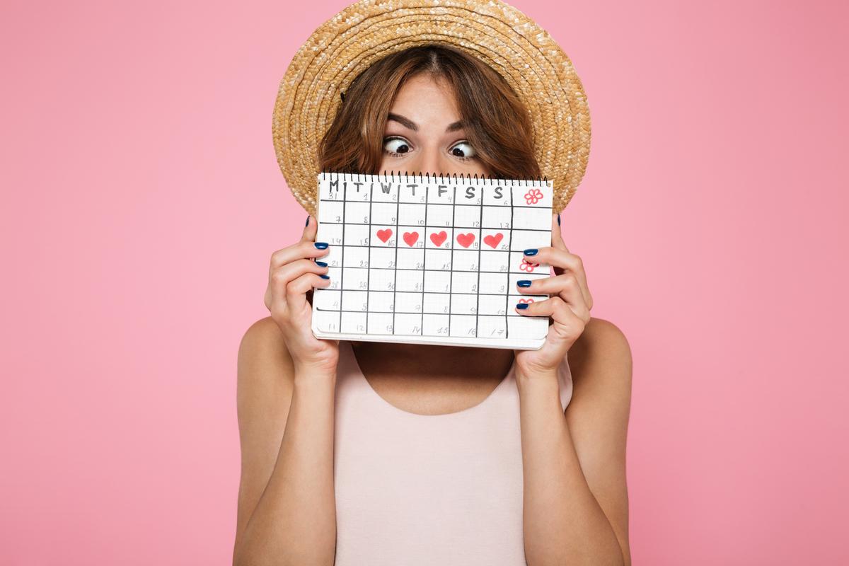 Ragazza con tabella mestruale