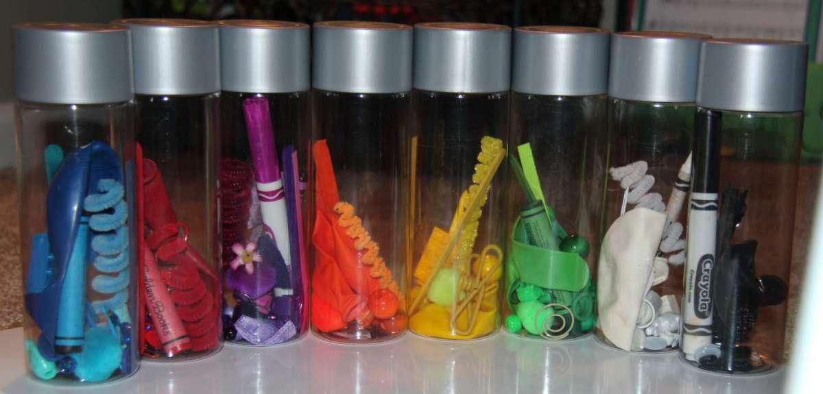 Bottiglie sensoriali Montessori: idee fai da te per bambini [FOTO]