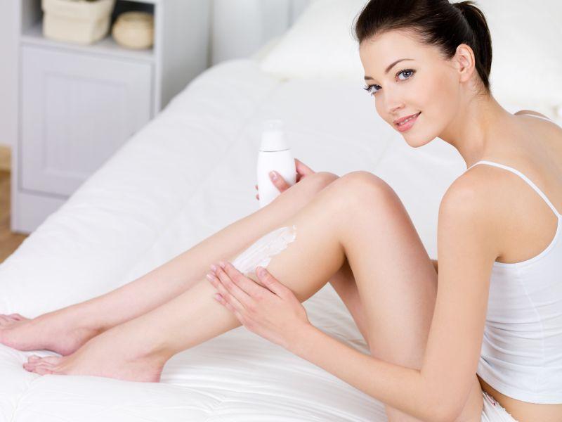donna che usa crema corpo