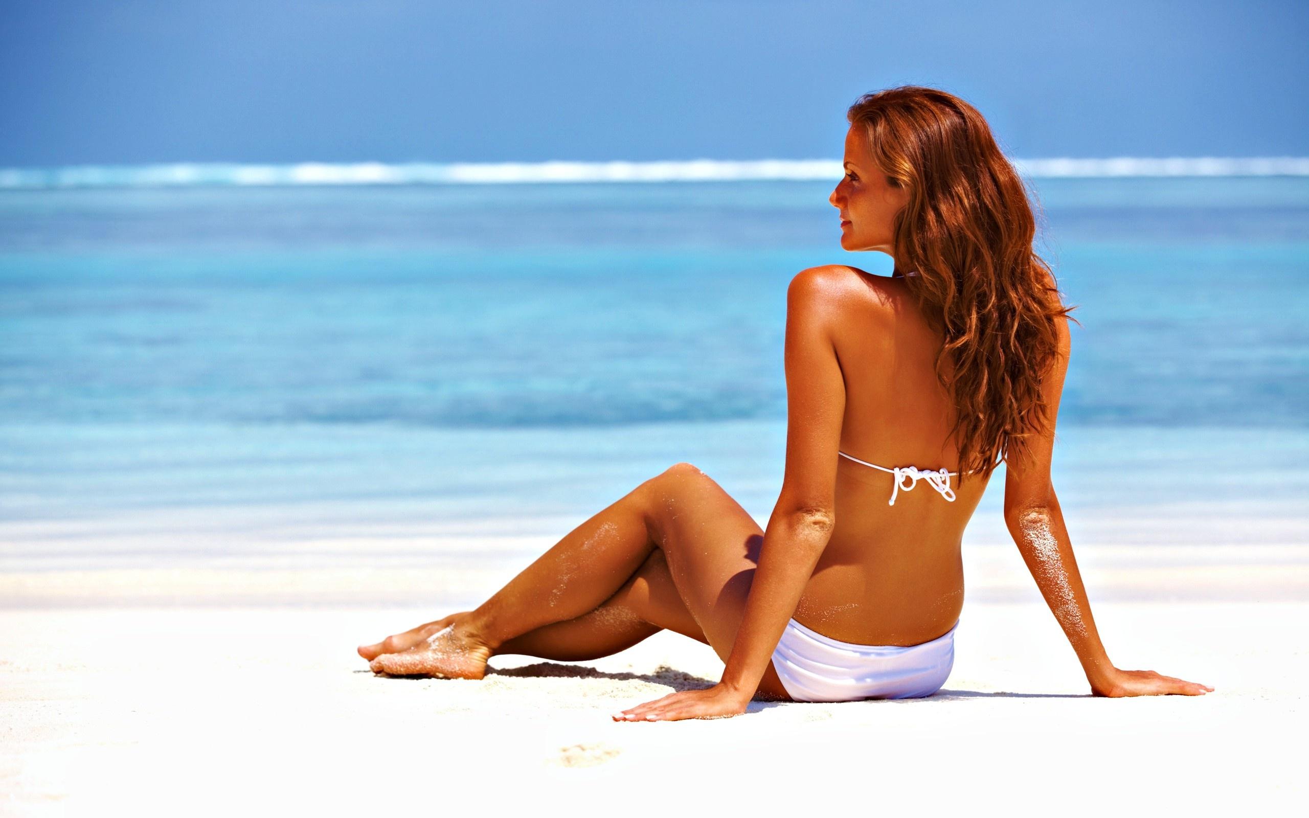 donna in spiaggia estate