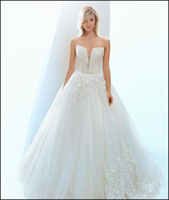 2f39c09bb2c8 abito con scollatura profonda. La collezione Bellantuono offre una  bellissima gamma di abiti da sposa ...