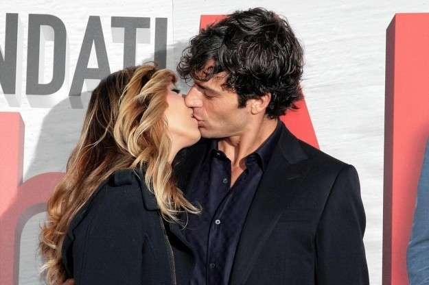 Luca Argentero e Myriam Catania si baciano