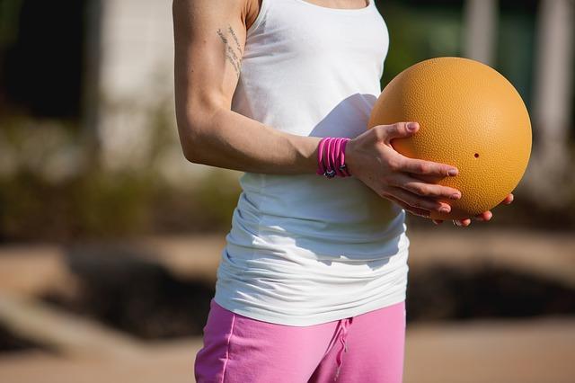 Palla medica: i trucchi e gli esercizi per tonificare tutto il corpo