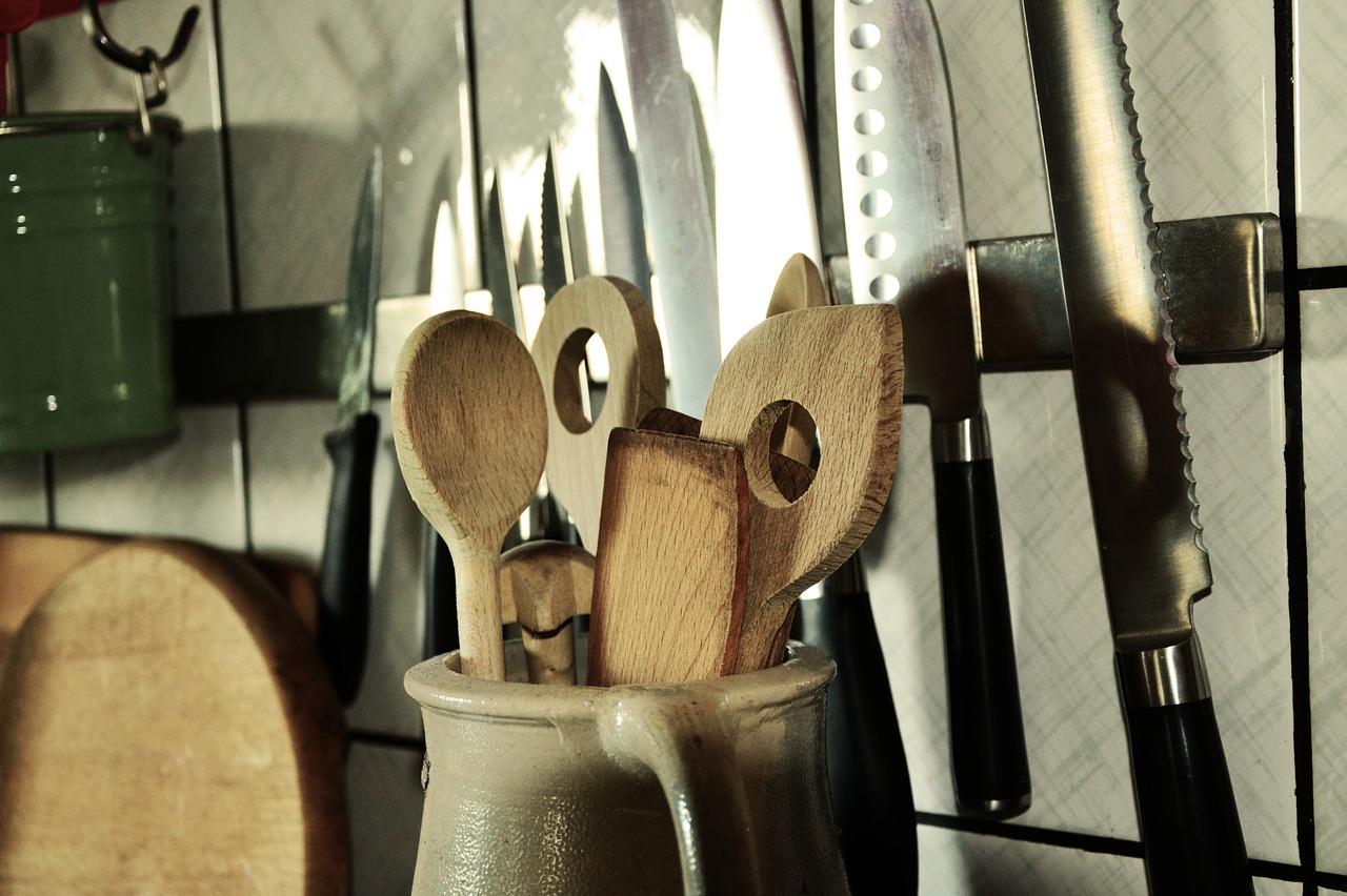 Le stoviglie in legno della cucina