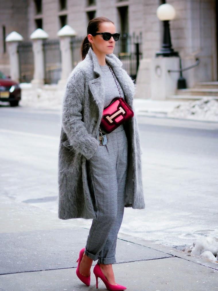 Cappotto grigio e accessori a contrasto