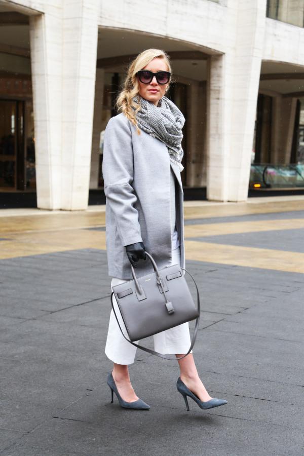 Cappotto grigio e accessori abbinati