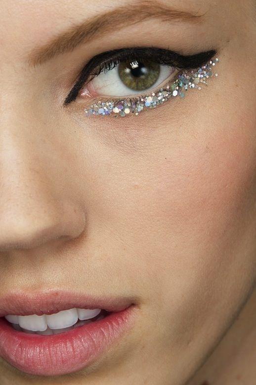 Eyeliner glitter rima inferiore con eyeliner nero su rima superiore