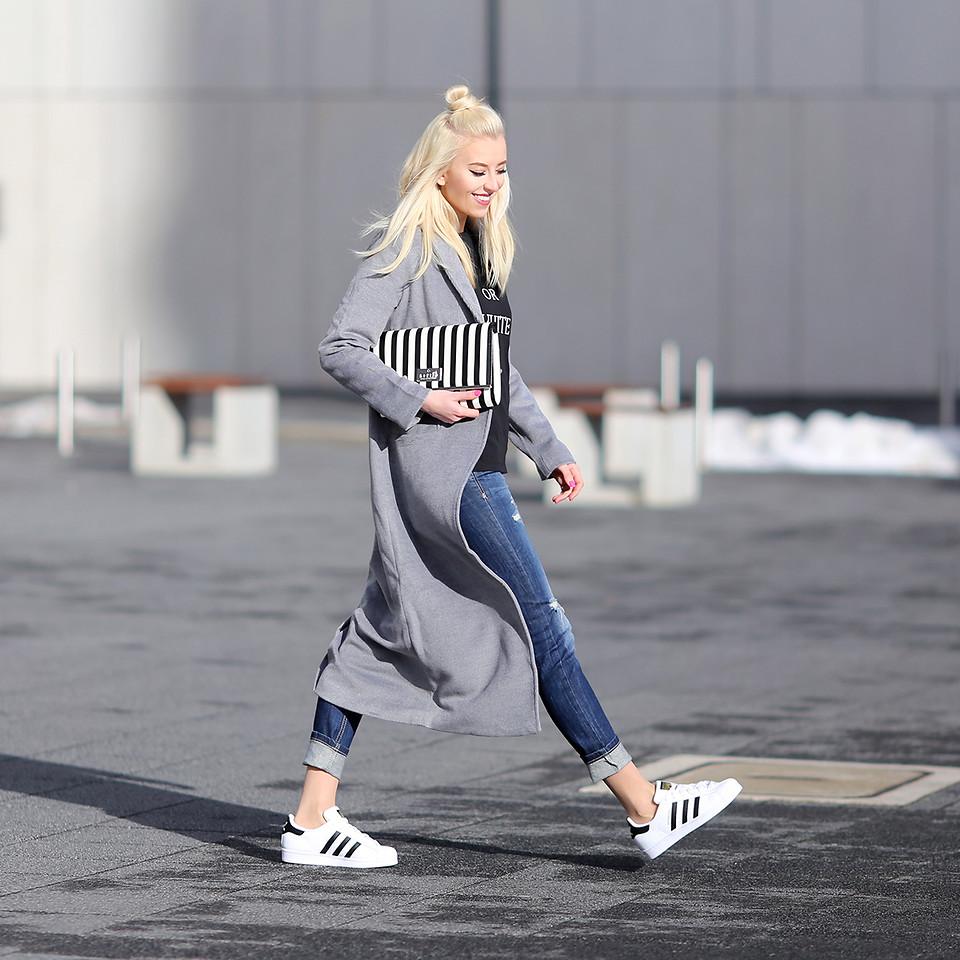 Look con jeans e cappotto grigio