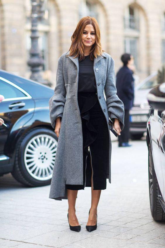 Look in nero con cappotto grigio