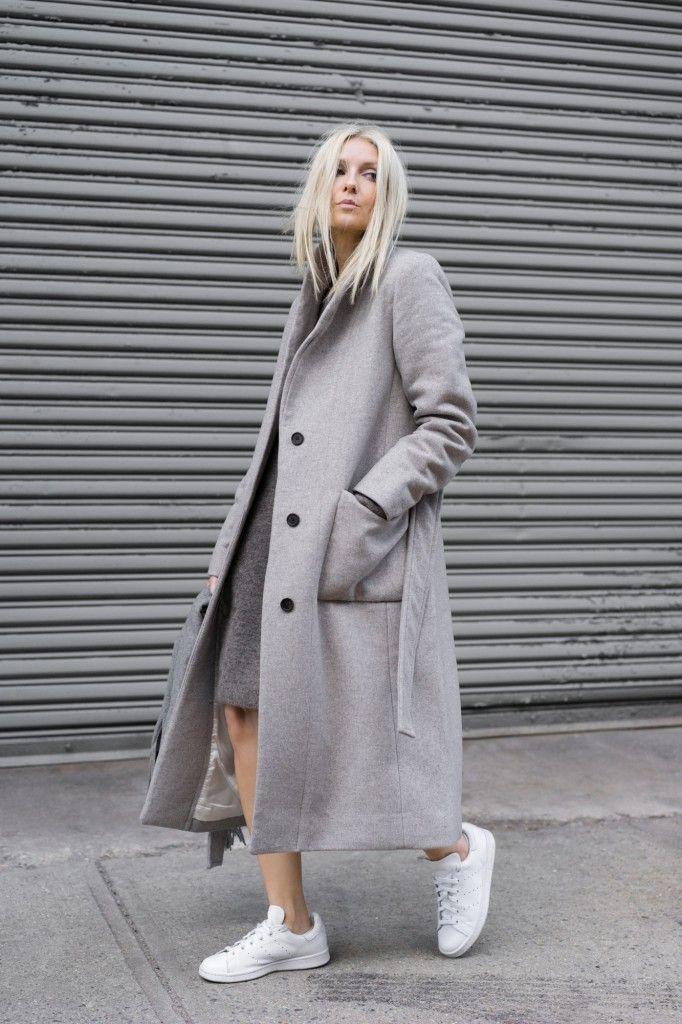 Sneakers e cappotto lungo
