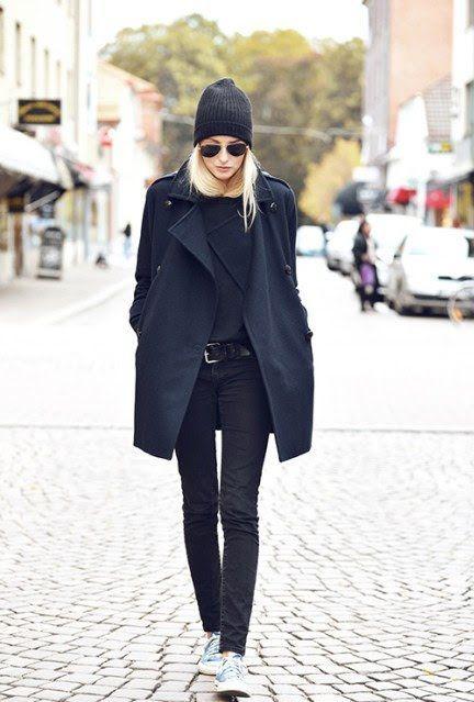 Sneakers e cappotto nero
