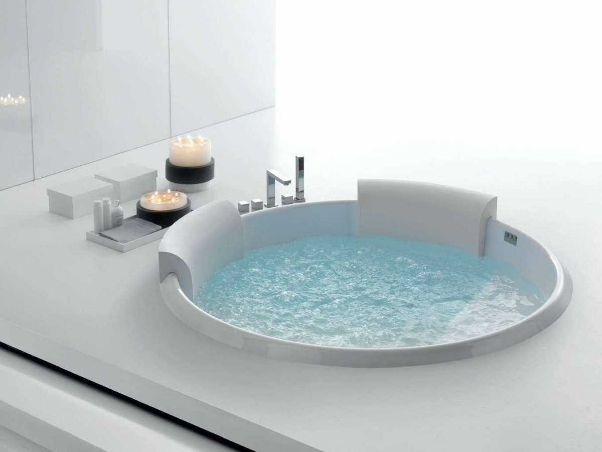 Come scegliere la vasca idromassaggio consigli e soluzioni per ogni stile di bagno foto for Dimensioni vasche da bagno angolari