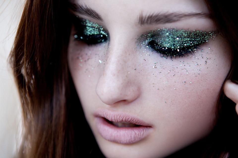 Come togliere i glitter da viso e capelli