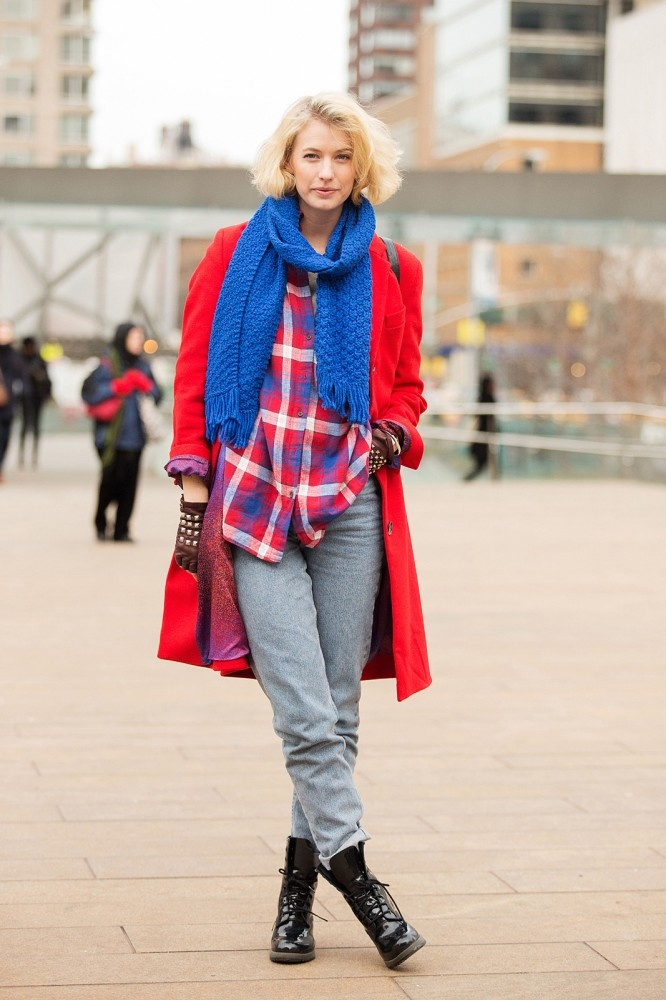 Look in color block con cappotto rosso