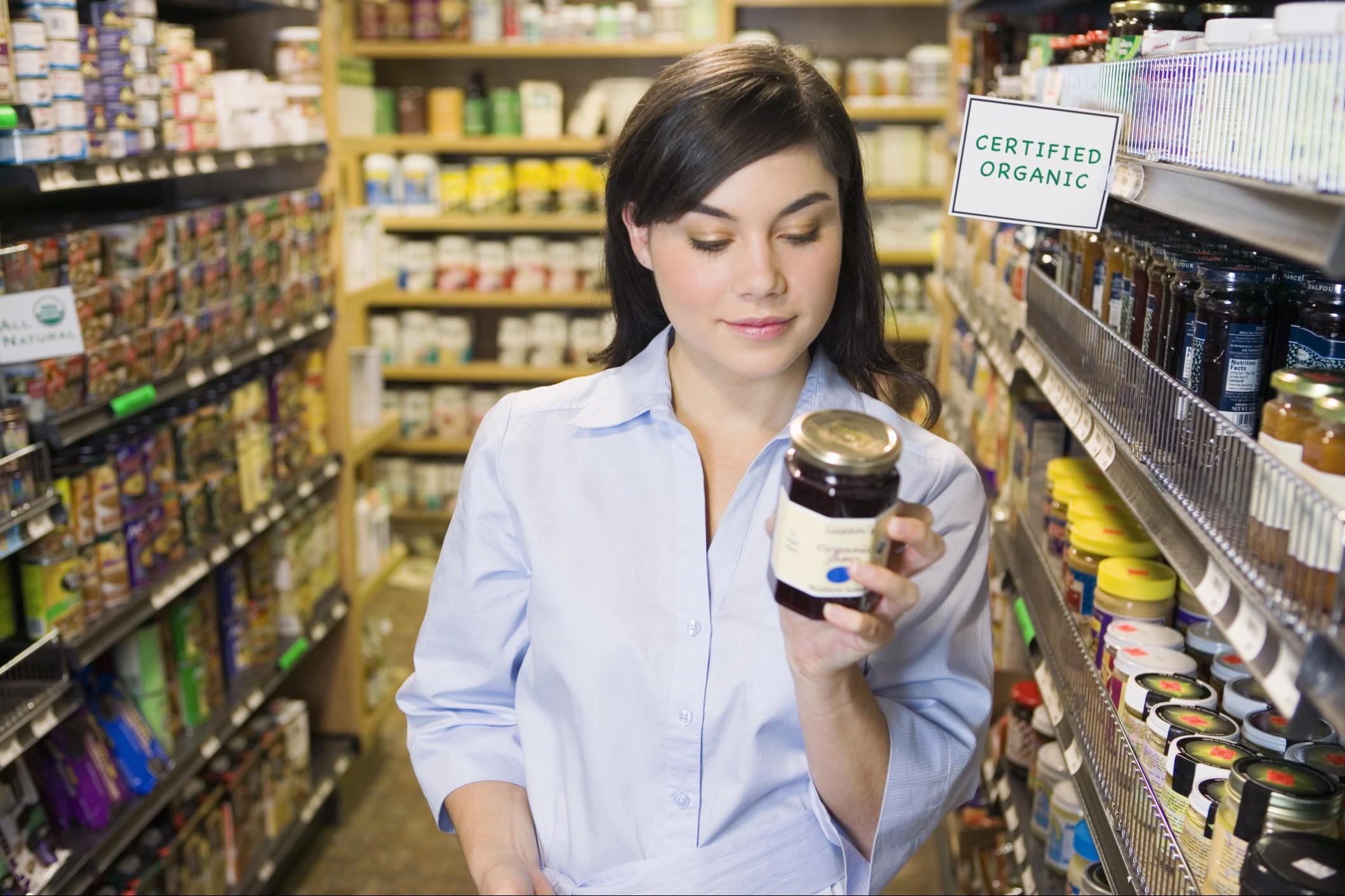 Etichette e scadenza: quando gli alimenti si devono buttare e quando no