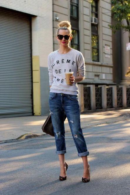 Jeans alla caviglia e felpa
