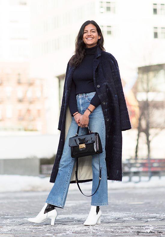 Look con jeans alla caviglia svasati