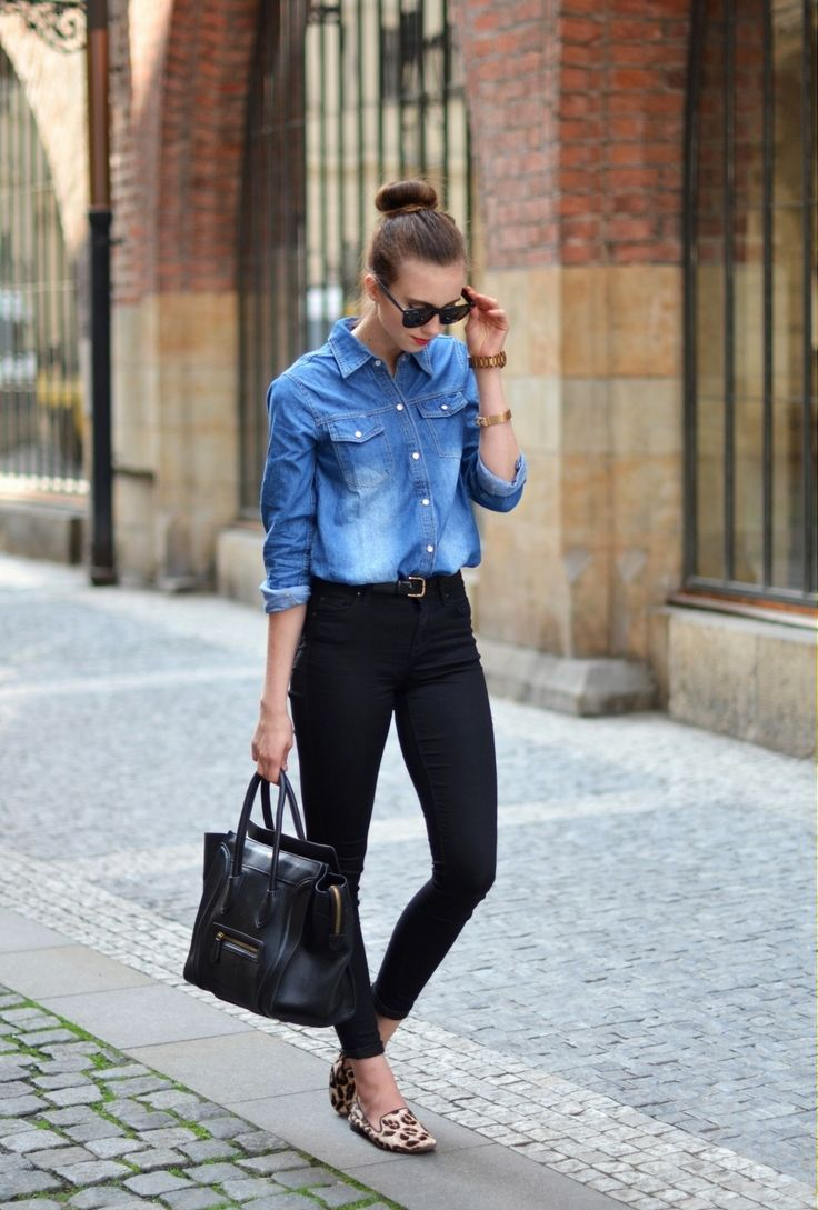 Pantaloni neri e camicia di jeans