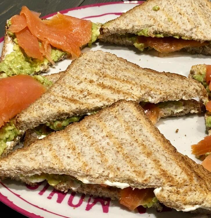 toast avocado e salmone